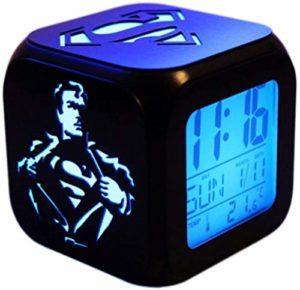 XY-M Le réveil de Superman 3D stéréo Circuit Alarme LED Veilleuse électronique tranquillement Horloge de Nuit – Sept Couleurs