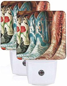 Lot de 2 Veilleuses LED Colorées Bottes de cow-boy Illustration Applique murale Auto Senor Dusk to Dawn Night Light Plug in Indoor for Adult