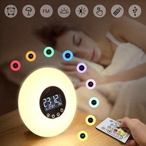 GLIME Lampe de Réveil à Télécommande USB Câble Veilleuse Réveil Lumière pour Enfant Adulte Muliti-modes Radio FM/51 sons/Sunset/Température/RGB/9 couleurs/Blanc Froid/Chaud/Lumière Normale/etc