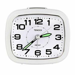 ZKIAH Réveil Analogique, sans Coche Réveil de Voyage Silencieux avec Veilleuse Fonction Snooze Simple Petites Horloges de Bureau Silencieuses à Piles pour Bureau (Blanc)