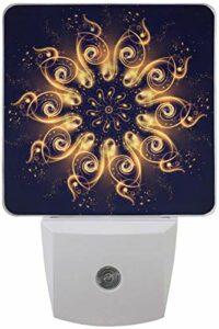 Lot de 2 veilleuses LED enfichables Boho Mandala Gold Impression géométrique avec capteur Dusk to Dawn pour chambre à coucher, salle de bain, couloir, escaliers, 0,5 W, prise US
