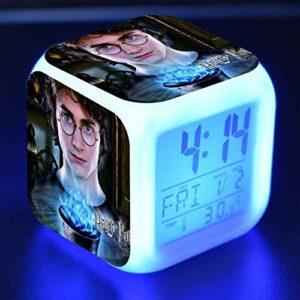QINGQING Harry Potter réveil numérique Enfant Dessin animé réveil Chevet veilleuse lumières colorées Humeur réveil Horloge carrée pour garçons et Filles Enfants (8 * 8 * 8cm)